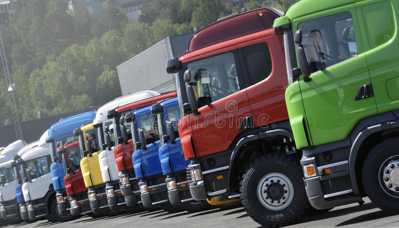 Nieuwe vrachtwagens op een opstelling stock fotografie