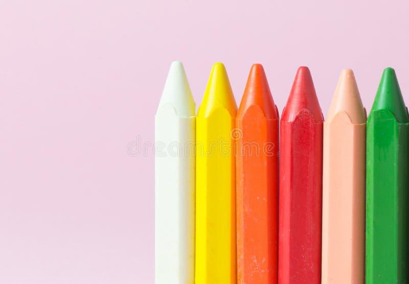 Nieuwe waskleurpotloden van diverse kleuren stock fotografie