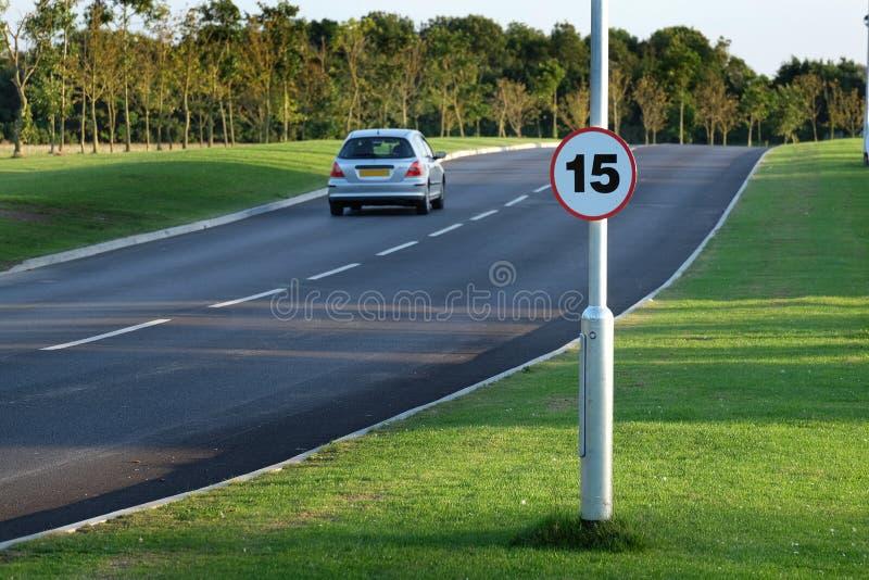Nieuwe weg met het teken van de snelheidsbeperking stock fotografie