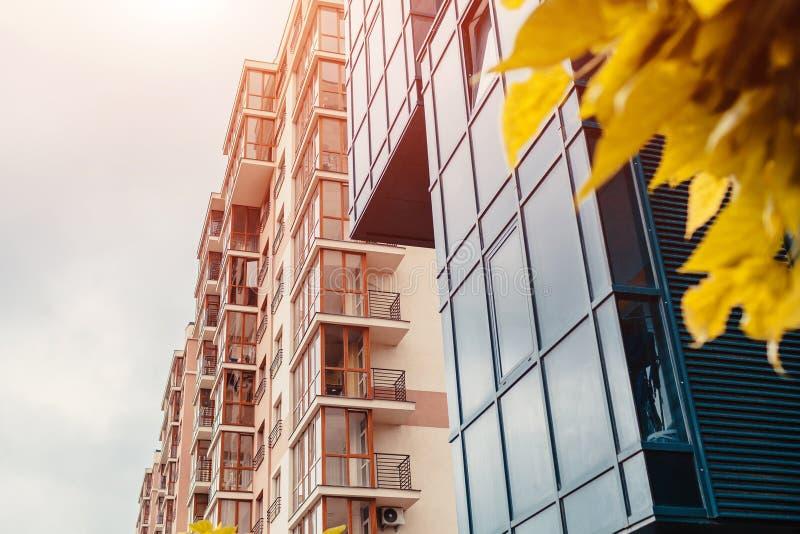 Nieuwe woningbouw met meerdere verdiepingen Eigentijdse architectuur royalty-vrije stock foto's
