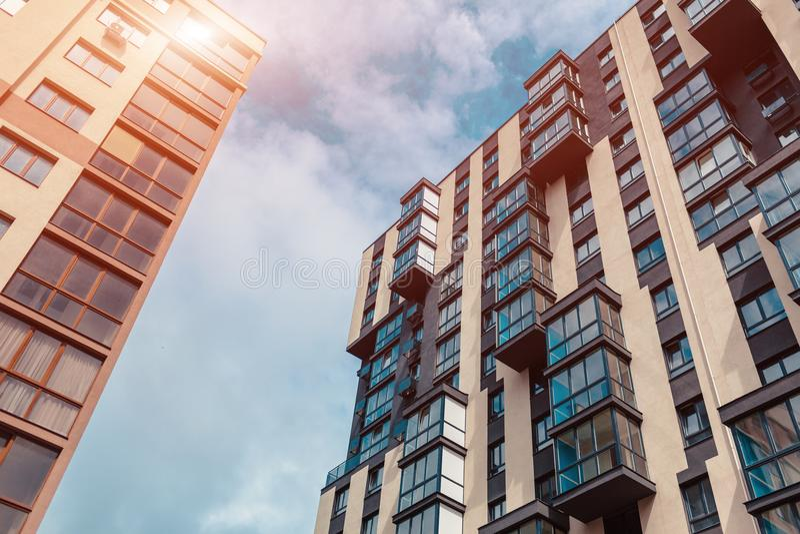 Nieuwe woningbouw met meerdere verdiepingen Modern huis op hemelachtergrond stock foto's