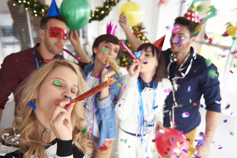 Nieuwe Year& x27; s vooravond op het kantoor royalty-vrije stock afbeelding