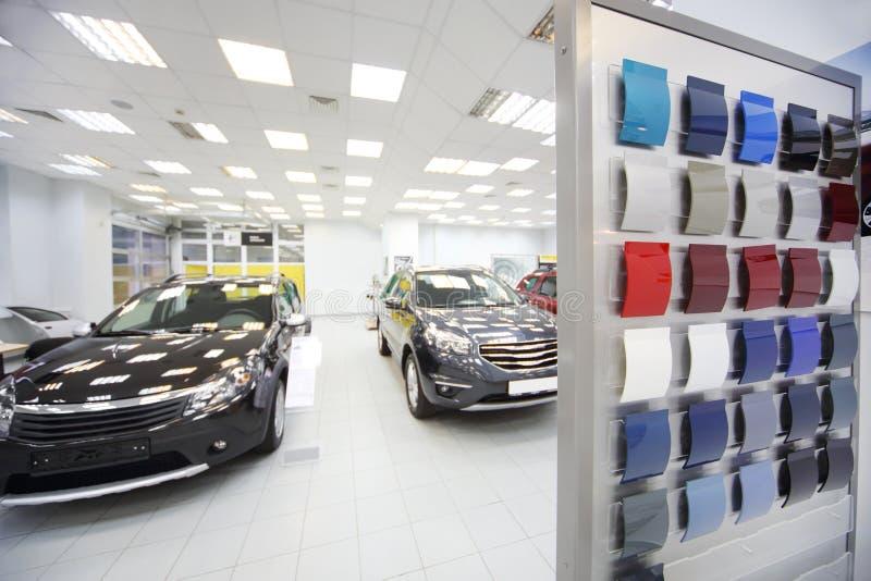 Nieuwe zwarte auto'stribune in autowinkel stock afbeelding
