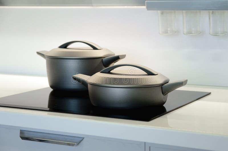 Nieuwe zwarte pannen Het concept modern keukenbinnenland stock foto