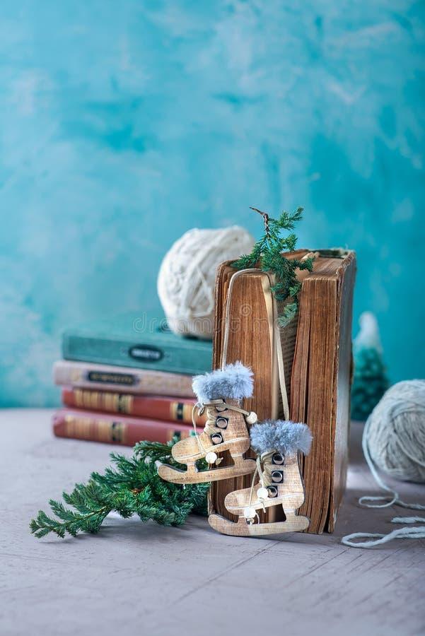 Nieuwjaar en de samenstelling van Kerstmis Een oud boek, een houten stuk speelgoed in de vorm van vleten En een twijg van naalden stock foto