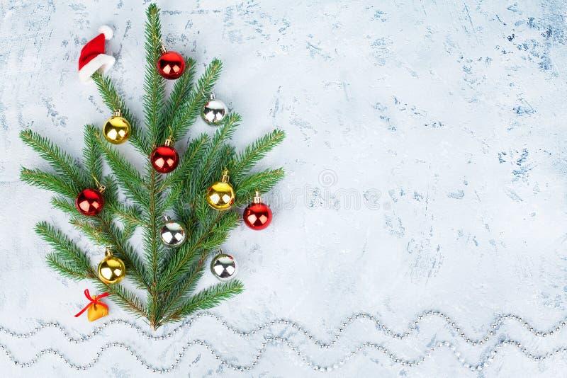 Nieuwjaar en Kerstmis abstract sneeuw de winterlandschap, Santa Claus-hoed het hangen op verfraaide Kerstboom en zak met giften stock foto's