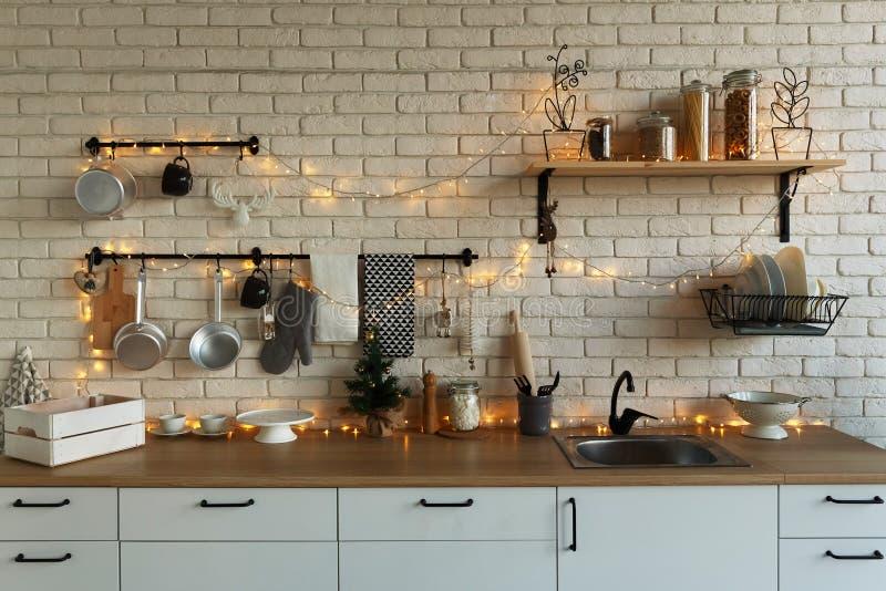 Nieuwjaar en Kerstmis 2018 Feestelijke keuken in Kerstmisdecoratie Kaarsen, nette takken, houten tribunes, lijst stock fotografie