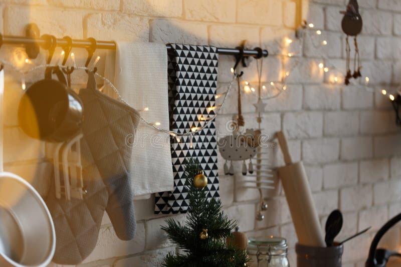 Nieuwjaar en Kerstmis 2018 Feestelijke keuken in Kerstmisdecoratie Kaarsen, nette takken, houten tribunes, lijst stock foto