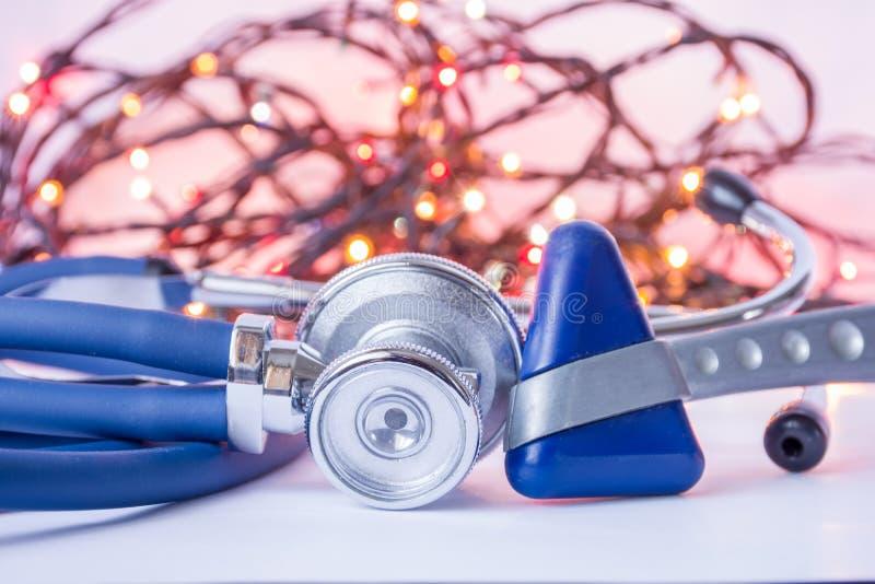 Nieuwjaar en Kerstmis in neurologie, interne geneeskunde, algemene praktijk Medische stethoscoop en neurologische reflex hummer i royalty-vrije stock fotografie
