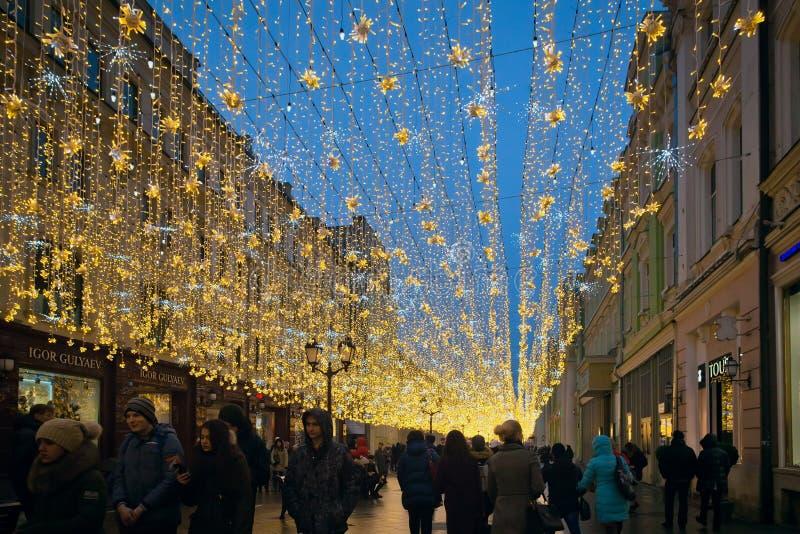Nieuwjaar en Kerstmisverlichtingsdecoratie op straat Nikolskaya royalty-vrije stock fotografie