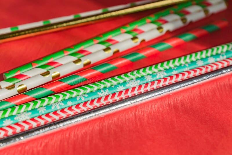 Nieuwjaar kerstachtergrond Celebration drinking cocktail party rietjes ion red background Sjabloonlijsttekstontwerp voor de groet stock afbeeldingen