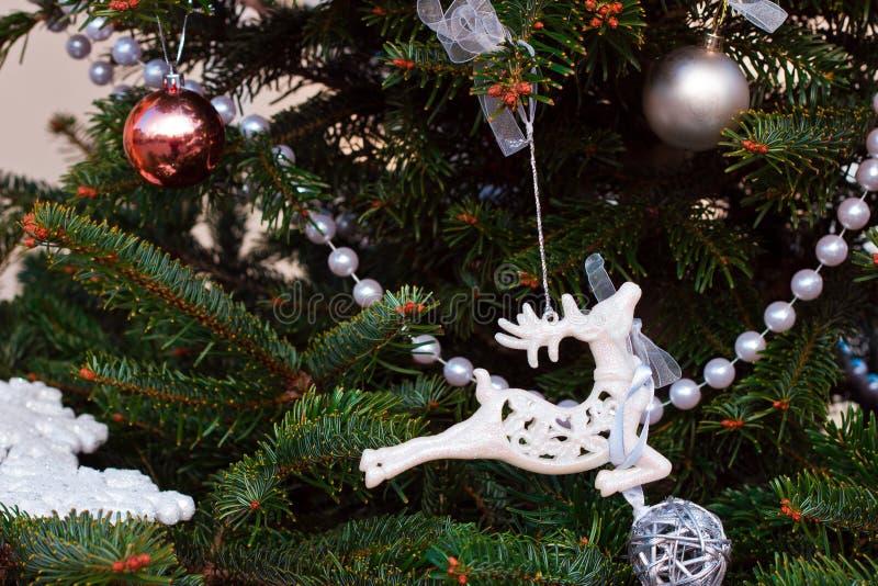 Nieuwjaar, Kerstmisachtergrond met Kerstboom, wit rendier royalty-vrije stock afbeelding