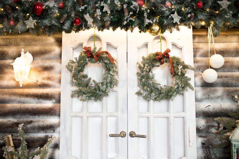 Nieuwjaar` s deuren met Kerstmiskronen decoratie voor een binnenland van een Kerstboom royalty-vrije stock foto's