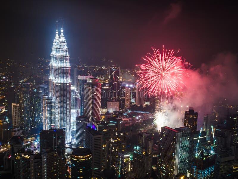 Nieuwjaar ` s Eve Fireworks over de Petronas-Torens Kuala Lumpur stock afbeelding