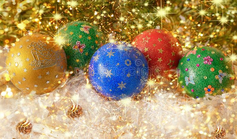 Nieuwjaar ` s, Kerstmisstilleven Met de hand gemaakte verfraaide groene, rode, blau, gele ballen showflocken binnen op het gouden stock afbeelding