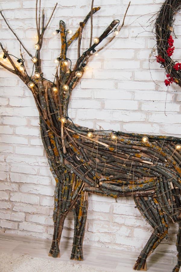 Nieuwjaar` s plaats in de studio met een hert, met een Kerstboom wordt verfraaid, giften, een mand van kegels die stock afbeelding