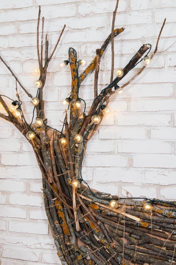 Nieuwjaar` s plaats in de studio met een hert, met een Kerstboom wordt verfraaid, giften, een mand van kegels die royalty-vrije stock fotografie