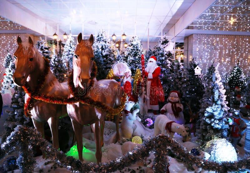 Nieuwjaar` s samenstelling met Santa Claus en Sneeuwmeisje in een ar met paarden royalty-vrije stock foto