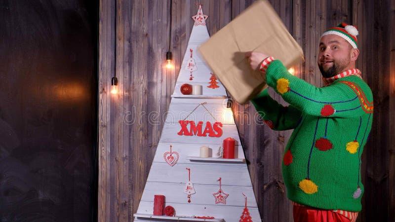 Nieuwjaar` s sleeplijn in een Santa Claus-hoedendansen en dwazen rond royalty-vrije stock foto's