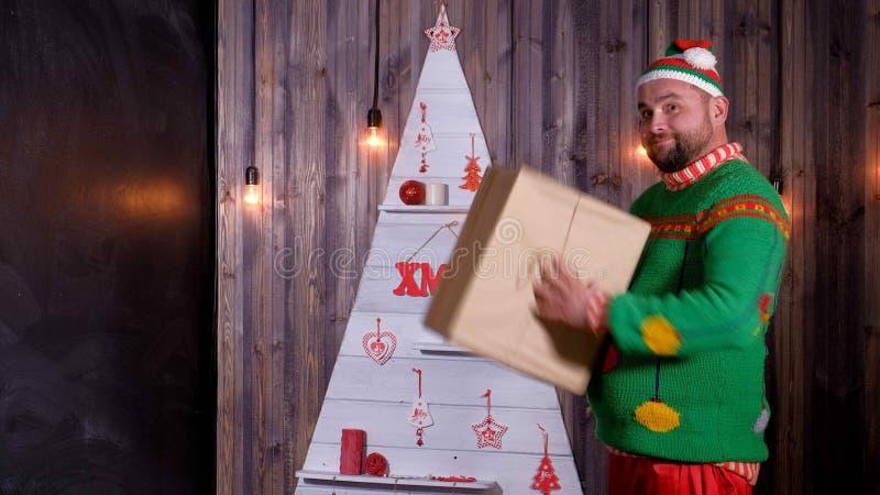 Nieuwjaar` s sleeplijn in een Santa Claus-hoedendansen en dwazen rond royalty-vrije stock fotografie