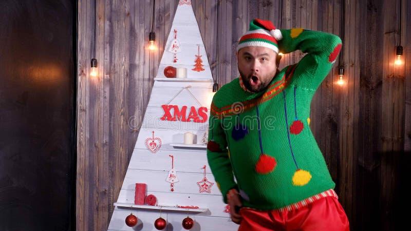 Nieuwjaar` s sleeplijn in een Santa Claus-hoedendansen en dwazen rond stock foto's