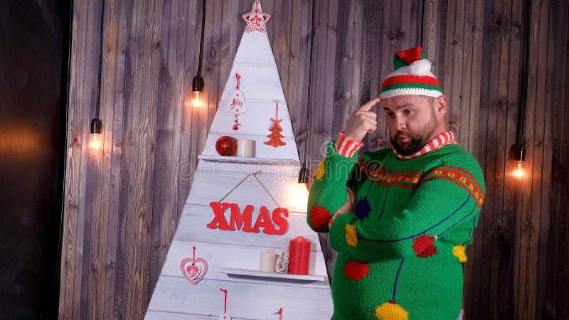 Nieuwjaar` s sleeplijn in een Santa Claus-hoedendansen en dwazen rond royalty-vrije stock foto