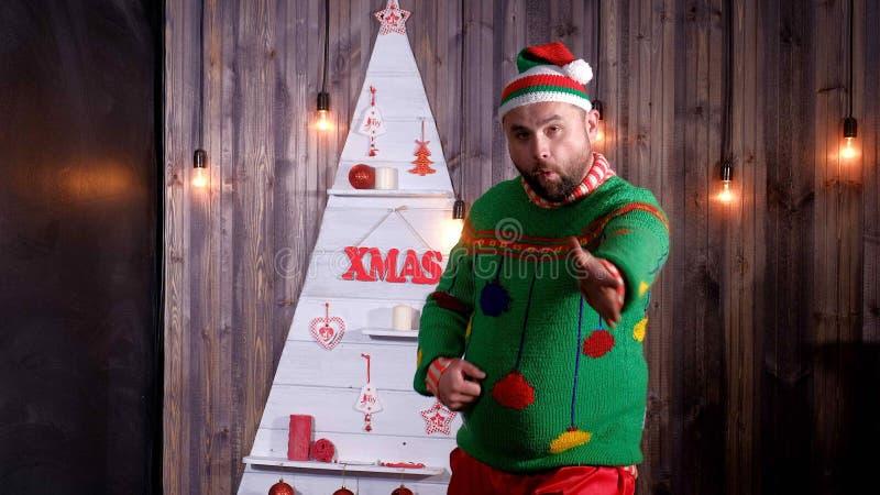 Nieuwjaar` s sleeplijn in een Santa Claus-hoedendansen en dwazen rond royalty-vrije stock afbeeldingen