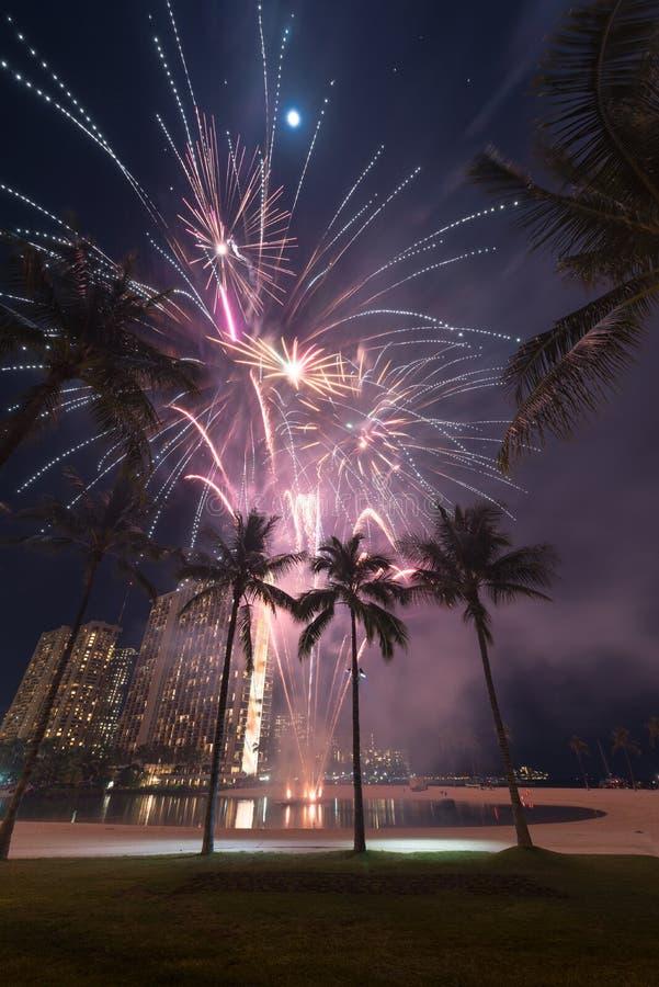 Nieuwjaar` s vuurwerk in Honolulu, Hawaï stock afbeeldingen