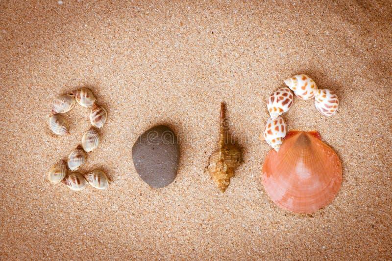 Nieuwjaar 2016 teken met shell en steen stock fotografie