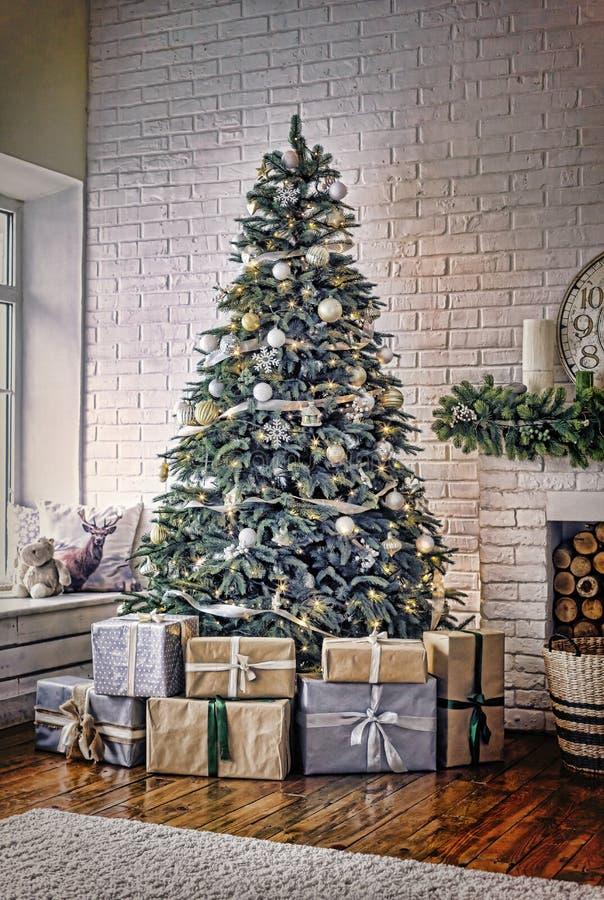 Nieuwjaar, verfraaide Kerstboom, Kerstmis, comfortabele huisinteri royalty-vrije stock afbeelding
