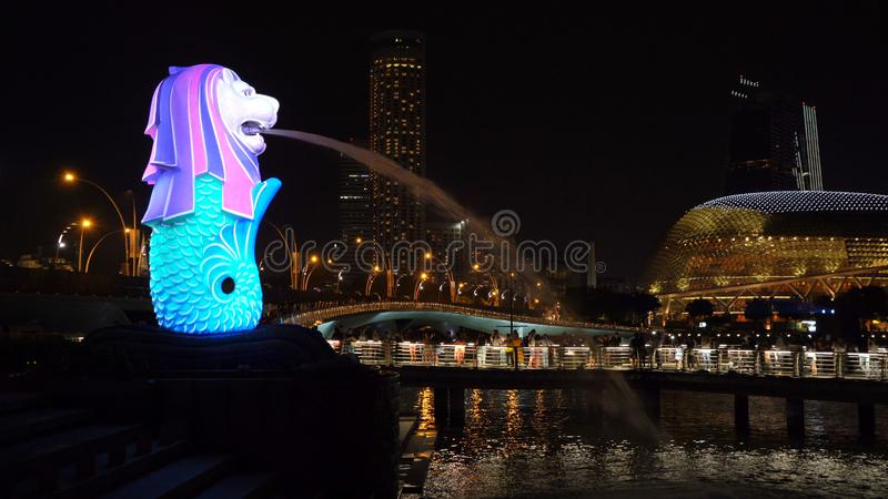 Nieuwjaaraftelprocedure 2019 in Merlion met kleurrijke lichten in Stad de Van de binnenstad van Singapore bij nacht met de achter stock fotografie