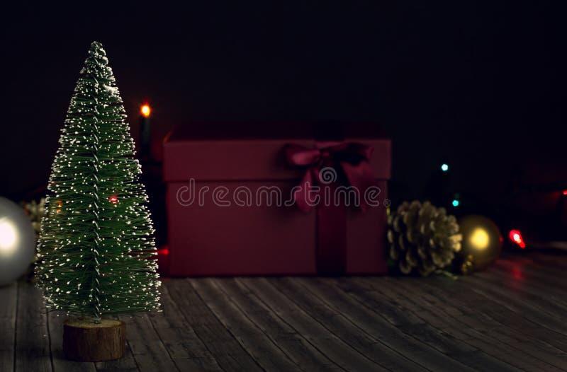 Nieuwjaarboom op een donkere achtergrond stock afbeelding