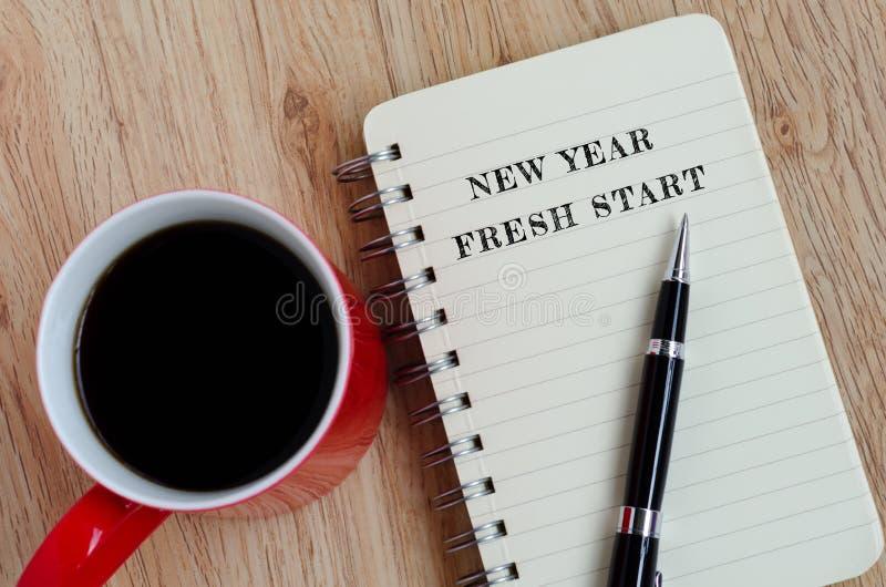 Nieuwjaarconcept - Nieuw jaar, nieuwe starttekst op blocnote stock afbeeldingen