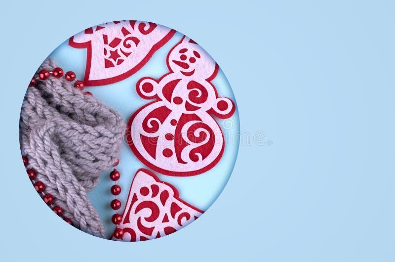 Nieuwjaarsamenstelling met wolsjaal, pijnboomboom en sneeuwman De achtergrond van het Kerstmisconcept Vlak leg, hoogste mening no stock foto