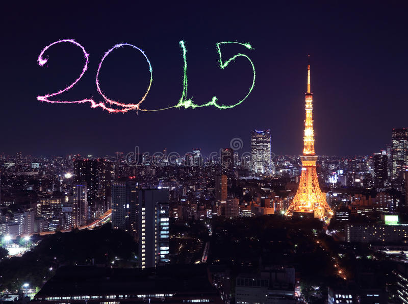 2015 nieuwjaarvuurwerk die over cityscape van Tokyo vieren royalty-vrije stock fotografie