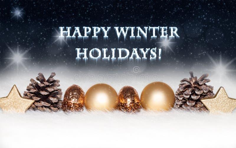 Nieuwjaren en Kerstkaart met gouden decoratie op sneeuw, koud, blauw, achtergrond royalty-vrije stock fotografie