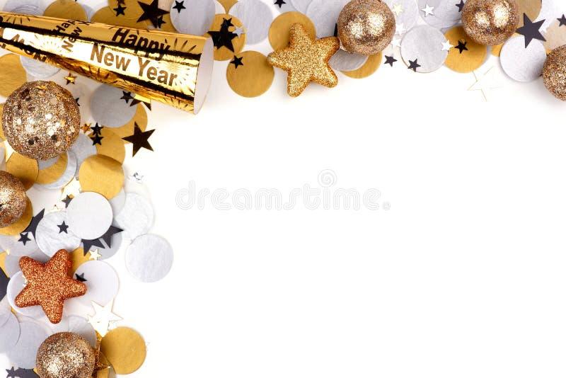 Nieuwjaren van de Vooravondhoek de grens van confettien en decor over wit stock foto's