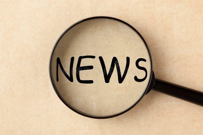 Nieuws met Vergrootglas stock foto