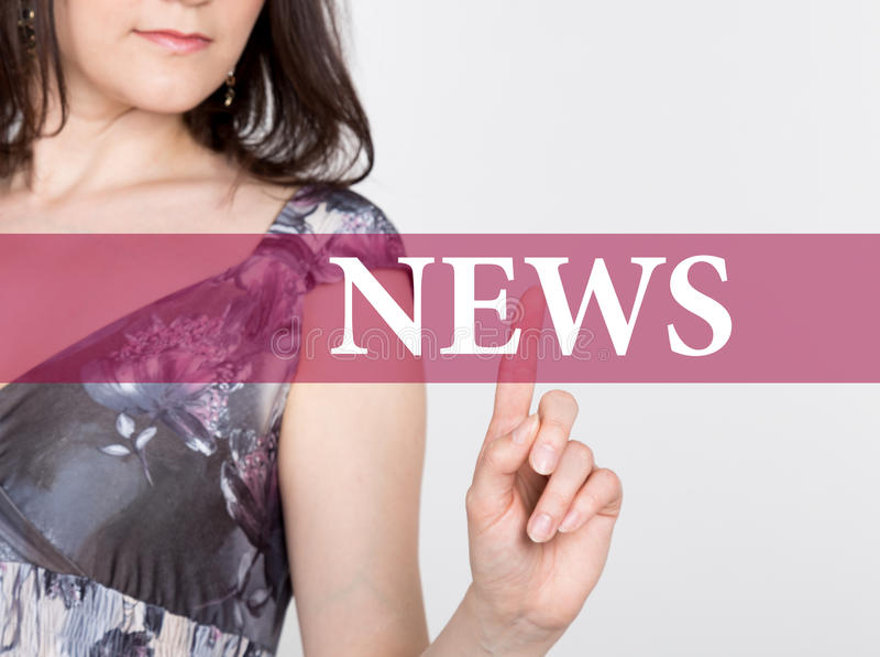 Nieuws op het virtuele scherm wordt geschreven dat Technologie, Internet en voorzien van een netwerkconcept vrouw in een zwarte b royalty-vrije stock afbeeldingen