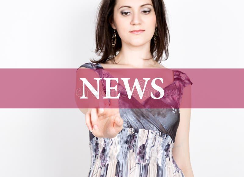 Nieuws op het virtuele scherm wordt geschreven dat Technologie, Internet en voorzien van een netwerkconcept vrouw in een zwarte b royalty-vrije stock foto
