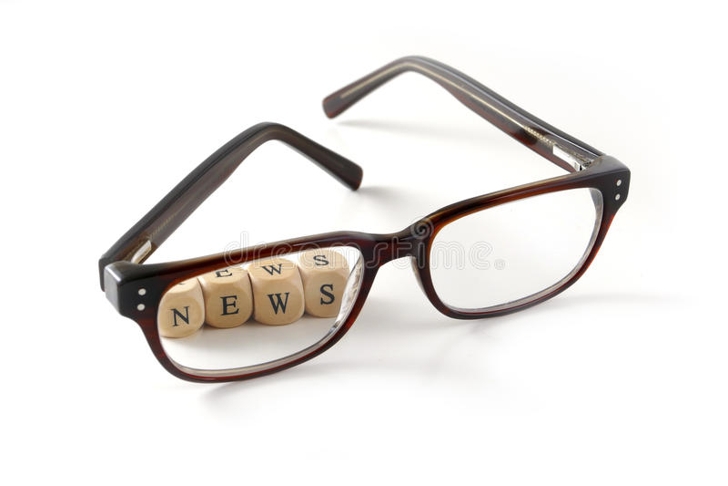 Nieuwsbericht in houten blokken achter glazen wordt geschreven, geïsoleerd o dat royalty-vrije stock foto