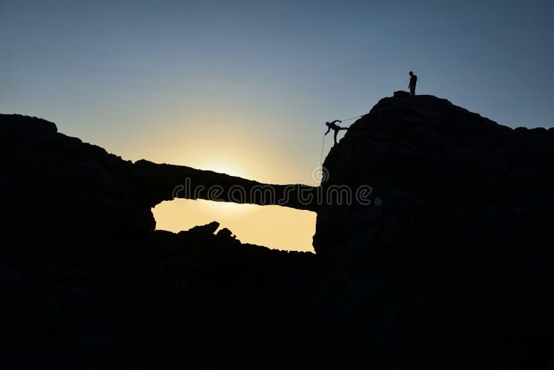 Nieuwsgierig en avontuurlijk alpinisme royalty-vrije stock afbeeldingen
