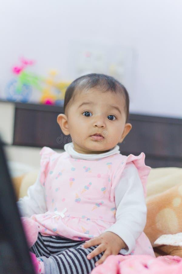 Nieuwsgierig Indisch babymeisje stock foto's