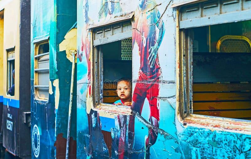 Nieuwsgierig jong geitje aan de gang, Yangon, Myanmar royalty-vrije stock foto