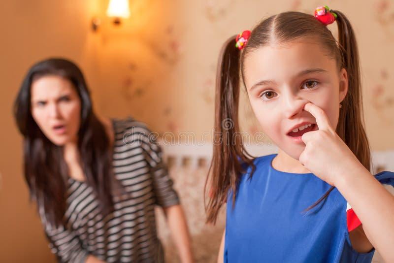 Nieuwsgierig meisje die een neus plukken stock foto