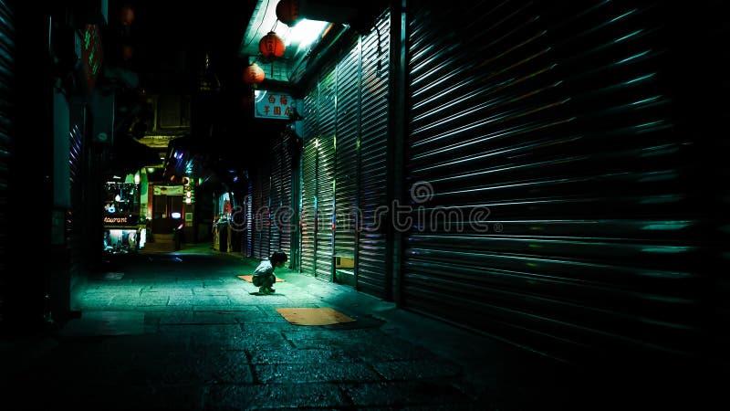 Nieuwsgierige childpeeps in een klein hiaat op straat van Taiwan royalty-vrije stock foto