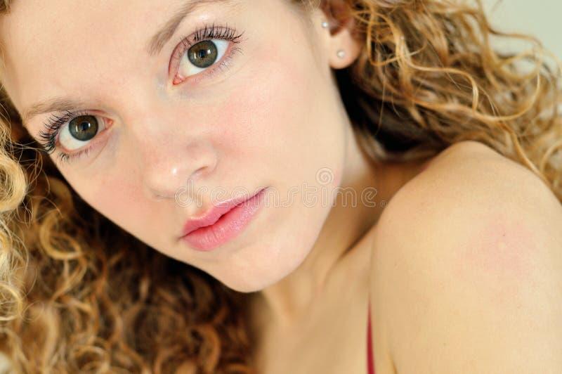 Nieuwsgierige jonge vrouw stock afbeelding