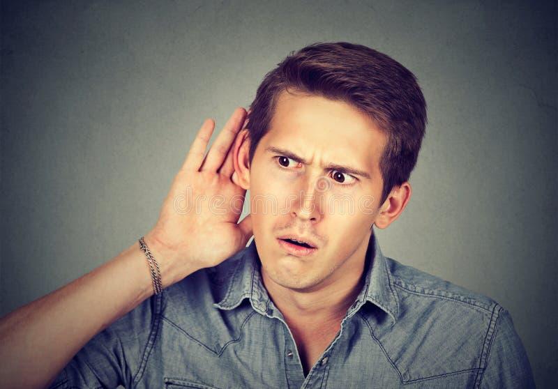Nieuwsgierige mens die aan gespreksnieuws het afluisteren luisteren stock afbeeldingen