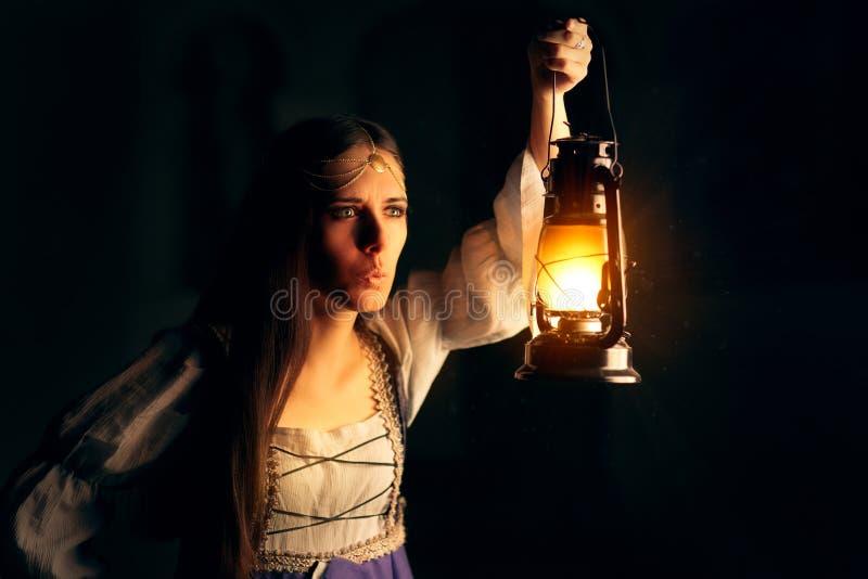 Nieuwsgierige Middeleeuwse Prinses Holding Lantern Looking buiten royalty-vrije stock foto
