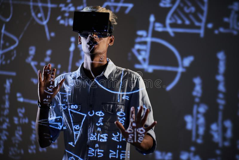 Nieuwsgierige student die op onderwijsvideo op wiskunde letten royalty-vrije stock fotografie